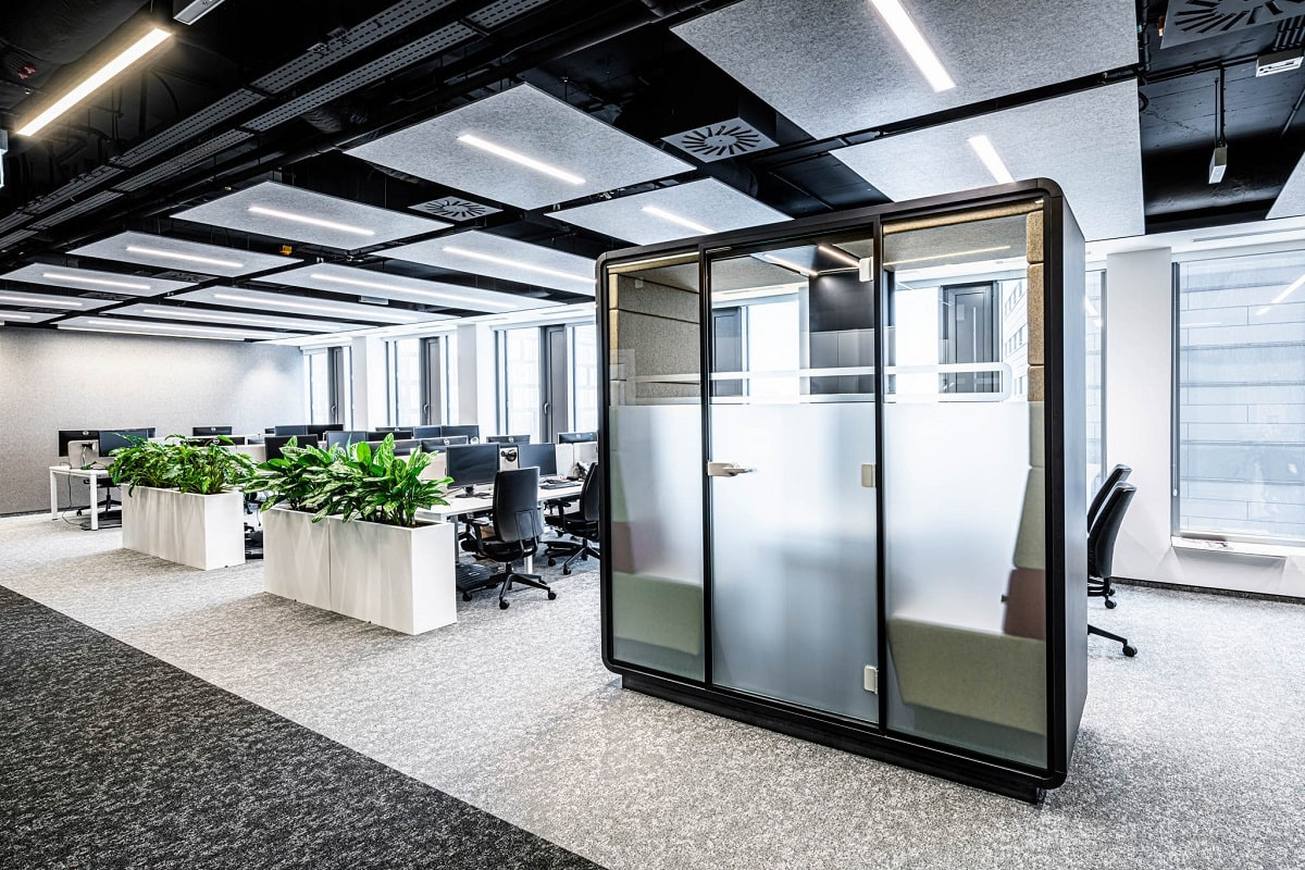 HushMeet.S is private, soundproofed, and comfortable. A model space for 1:1 meetings.