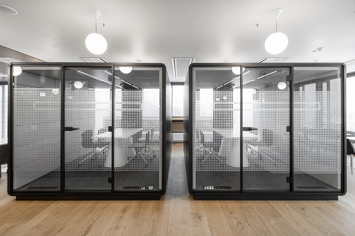 HushMeet.L is like a portable soundproof conference room for larger team meetings